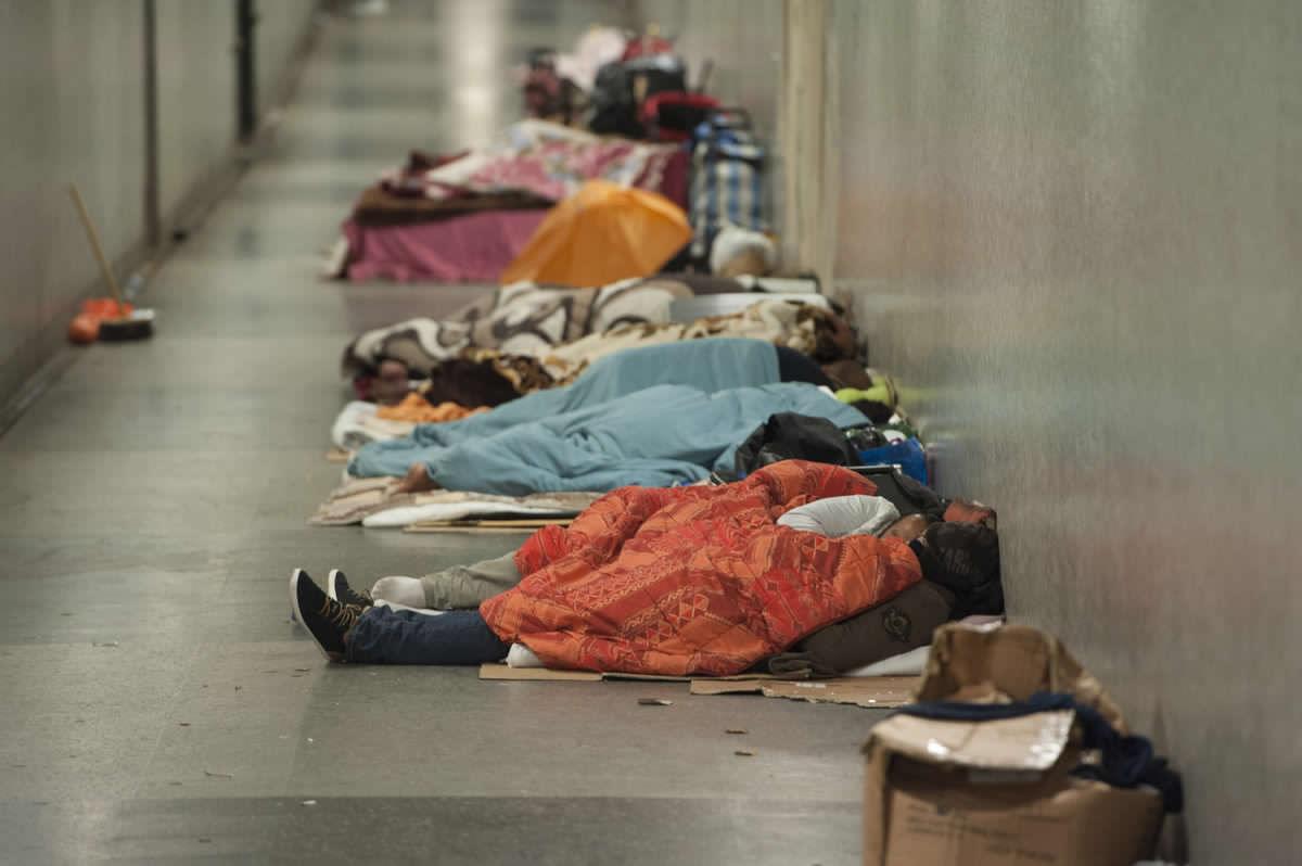 """Muerte de persona cerca del Parlamento reabre debate por los """"sin techo"""" en el Reino Unido"""