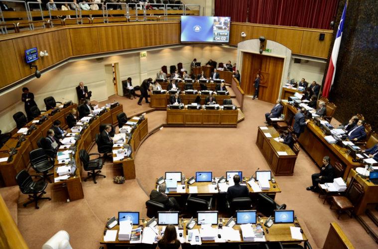 Senadores presentan proyecto de ley para incorporar cuota de género en elección de concejales y consejeros regionales