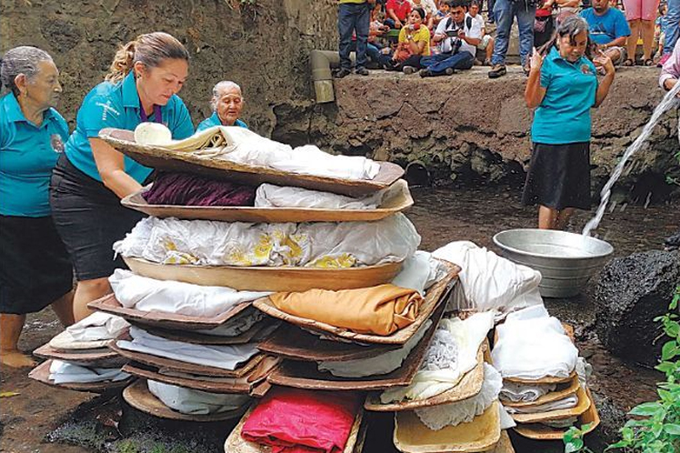 Salvadoreños caminan 3 kilómetros para lavar ropa del Nazareno
