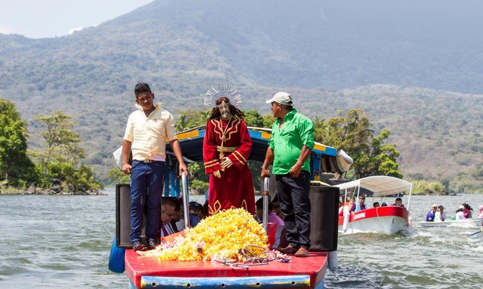 Realizan viacrucis acuático en lago nicaragüense (fotos)