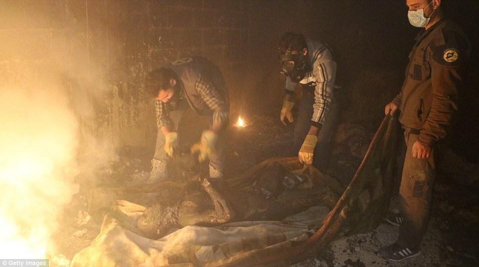 «Quemado hasta la muerte en un búnker»: cruentas imágenes muestran civiles incinerados tras ataque con NAPALM a refugio subterráneo (Video+Fotos)