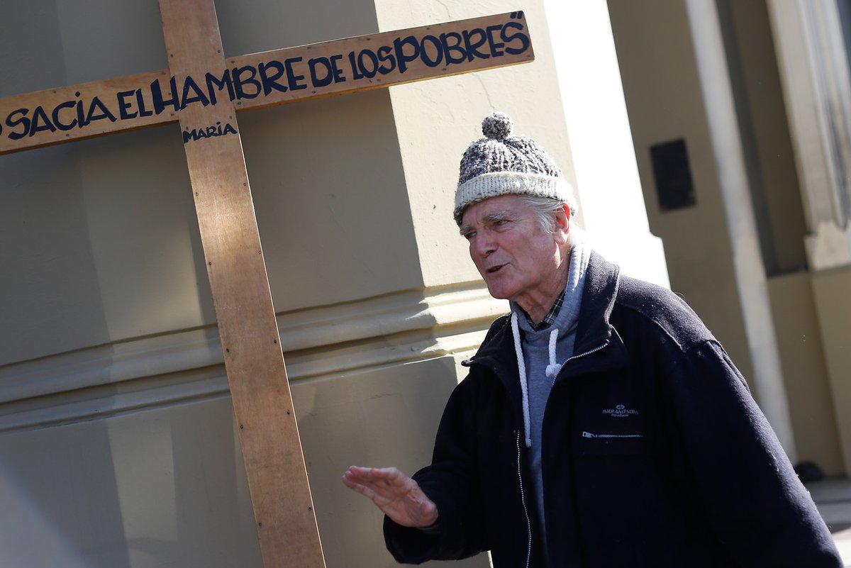 Comunidad de Villa Francia pide ayuda para encontrar bolso robado al sacerdote Mariano Puga