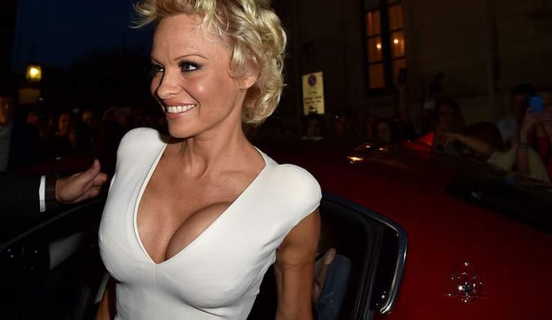 Pamela Anderson confiesa la fantasía sexual que le cumplió a su pareja futbolista