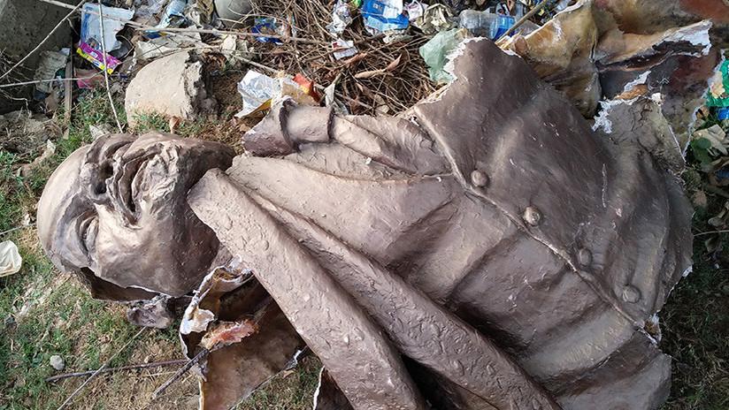 India: una muchedumbre derrumba una estatua de Lenin (VIDEO)