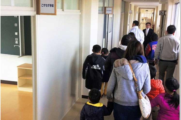 Niños japoneses retomarán clases en territorio afectado por desastre nuclear