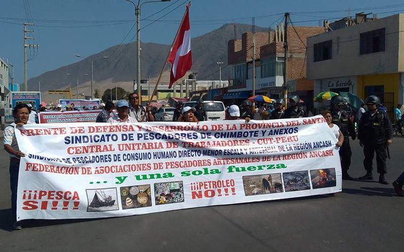 Pescadores artesanales de Perú protestan contra la explotación petrolera