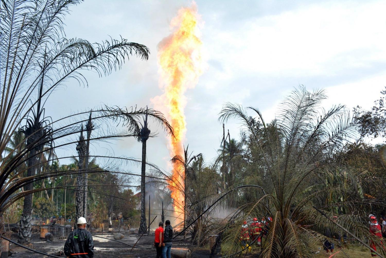 Aumentan a 21 muertos por explosión en pozo petrolero en Indonesia
