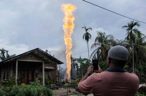 Más de 10 muertos deja incendio en pozo petrolero de Indonesia