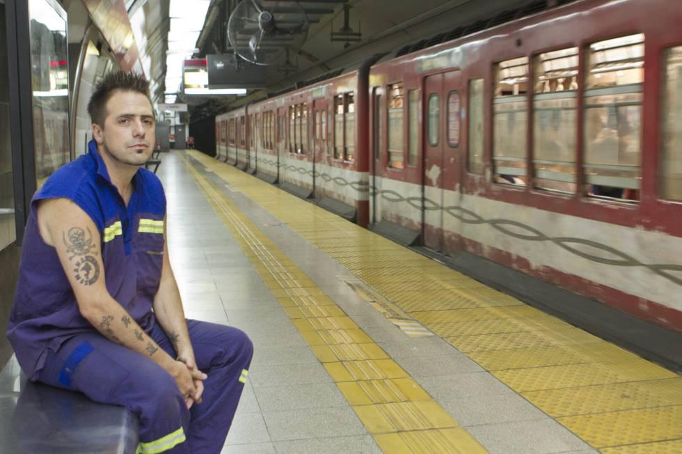 """Kike Ferrari, escritor argentino: """"A los trabajadores, si nos toca algo de la cultura, solo es para consumirla"""""""