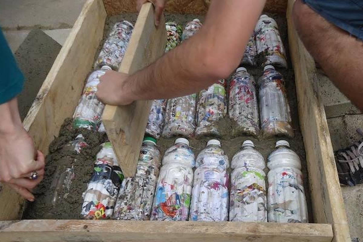 «Mechoneo» a la basura: estudiantes cambian agresiva práctica por elaboración de ecoladrillos