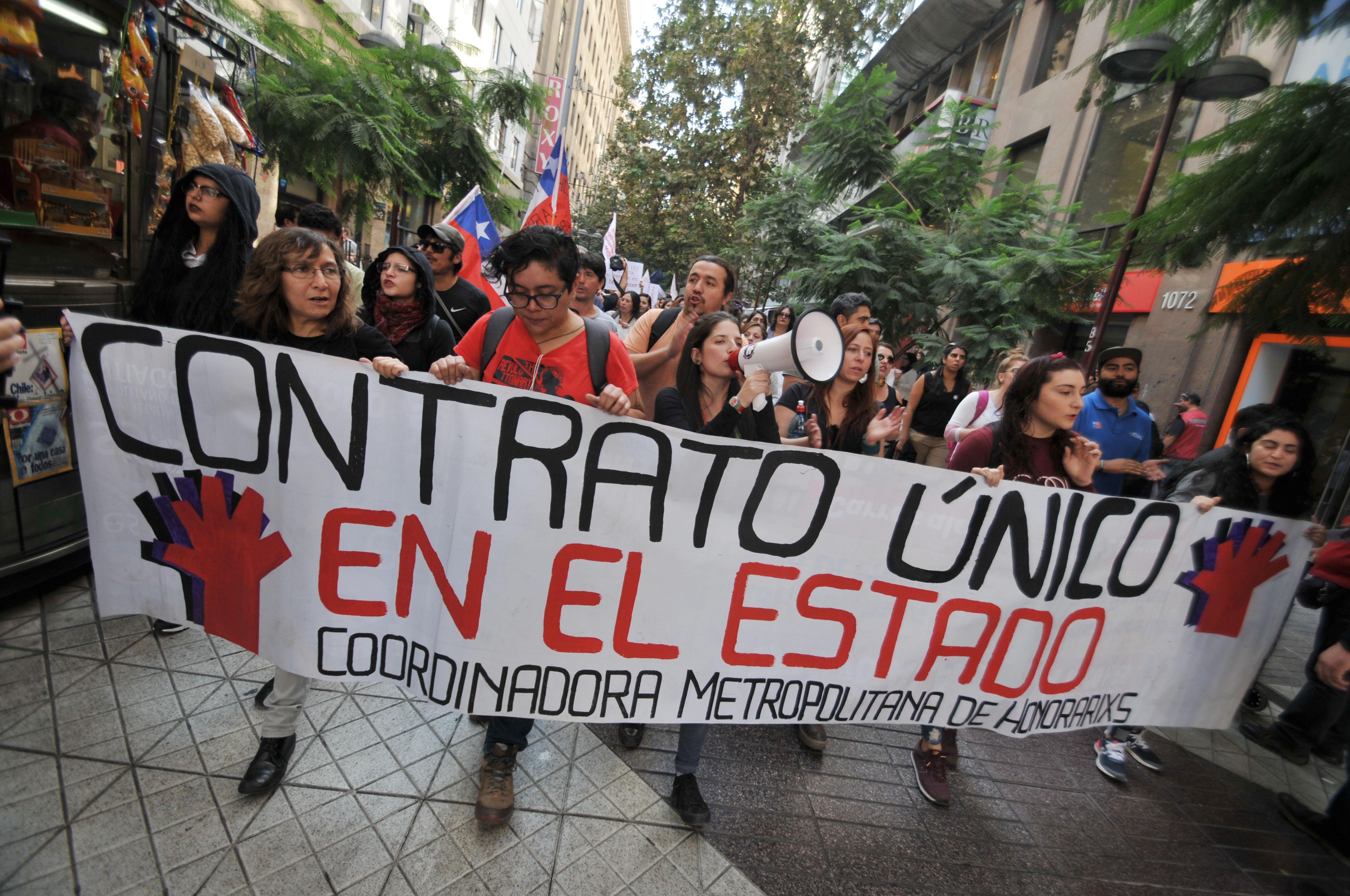 """""""Sin derechos, no cotizo"""": Trabajadores a honorarios del Estado rechazan cotización obligatoria"""