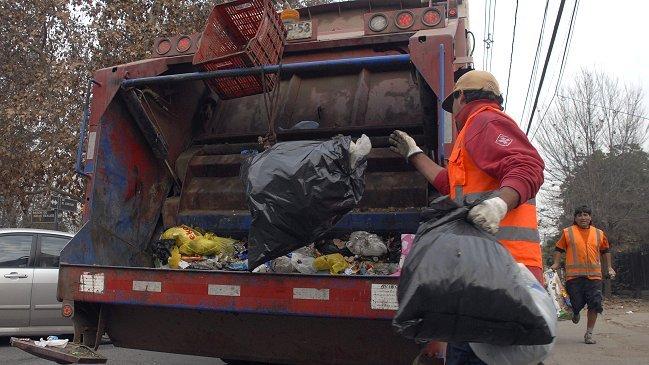 ¡Qué sucio!: Municipio no estaría pagando horas extraordinarias a recolectores de basura de Santiago