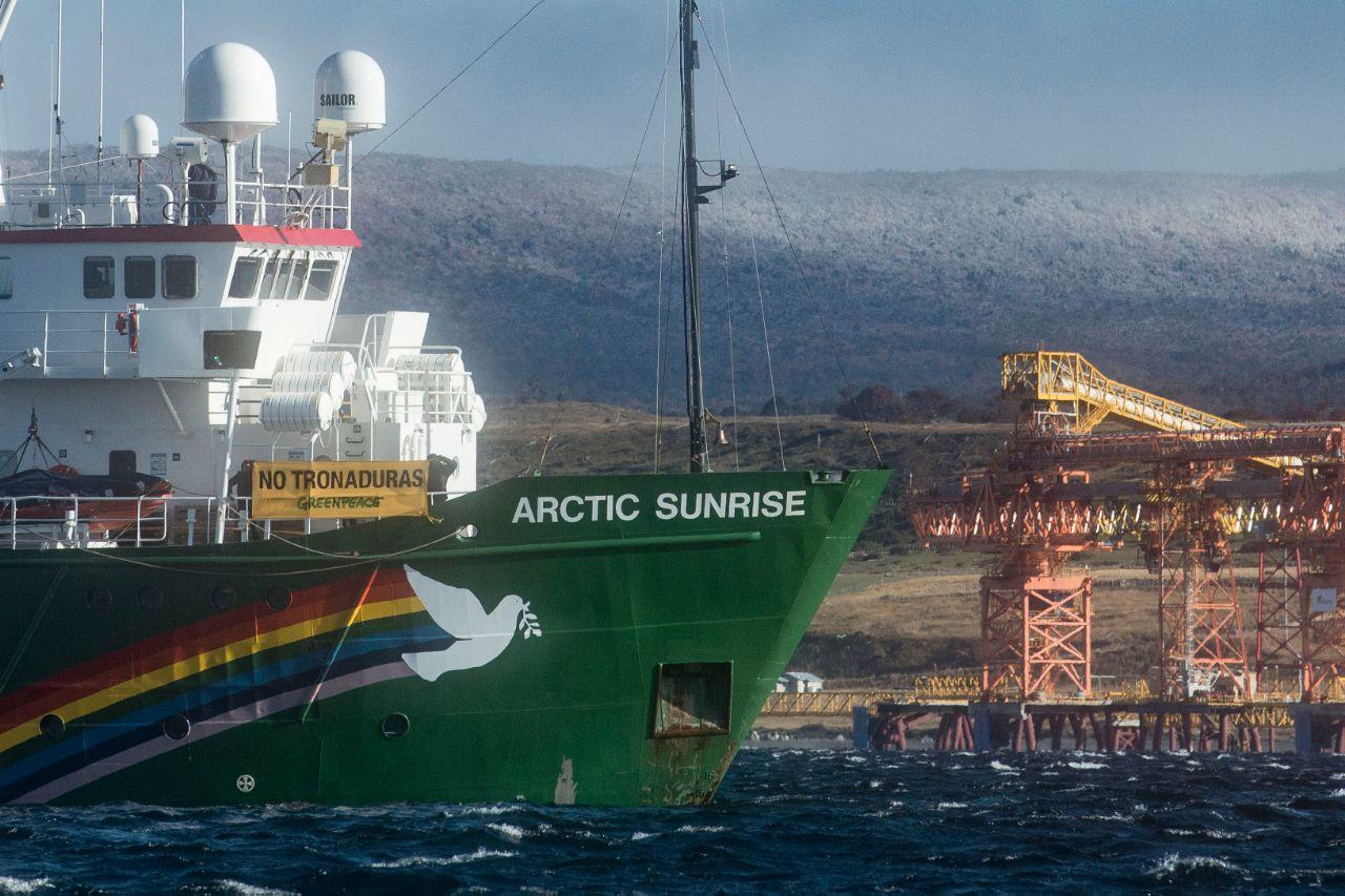 Greenpeace instala barco frente a Mina Invierno y responde a empresario que quiere impedir su navegación