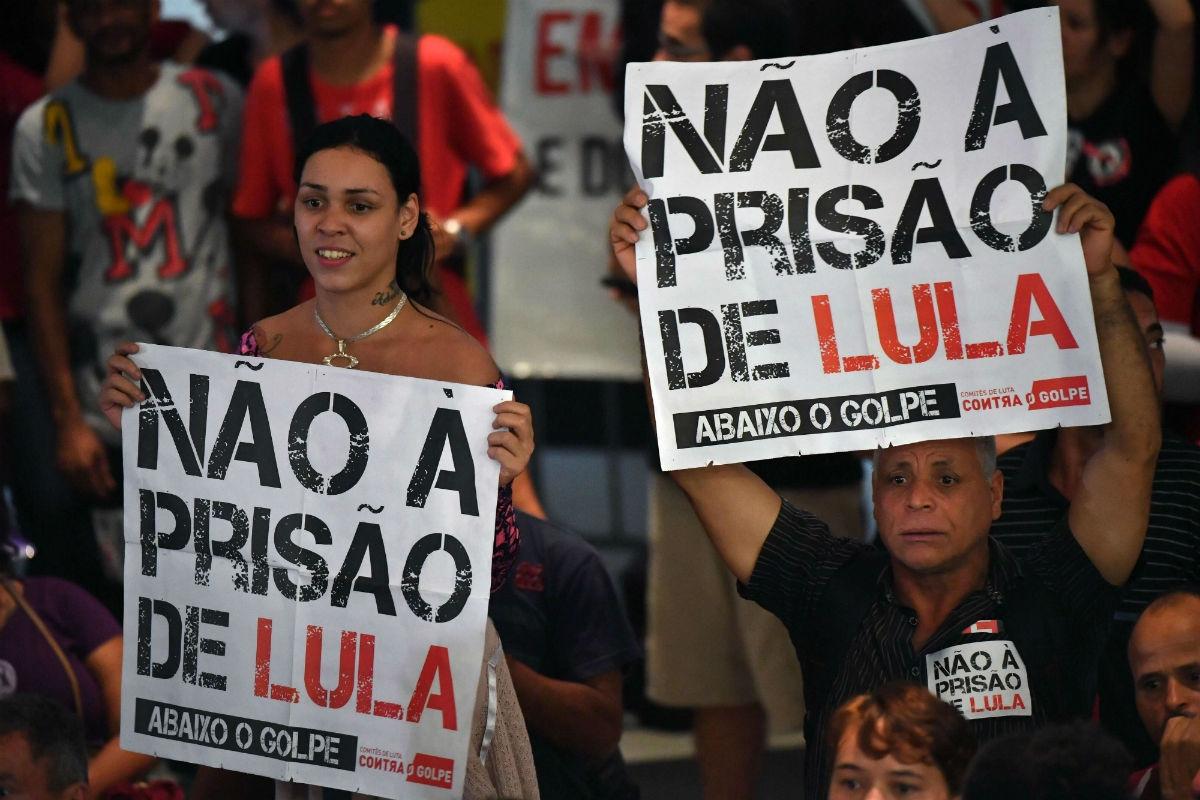 Organizaciones protestan posible traslado de Lula a unidad militar