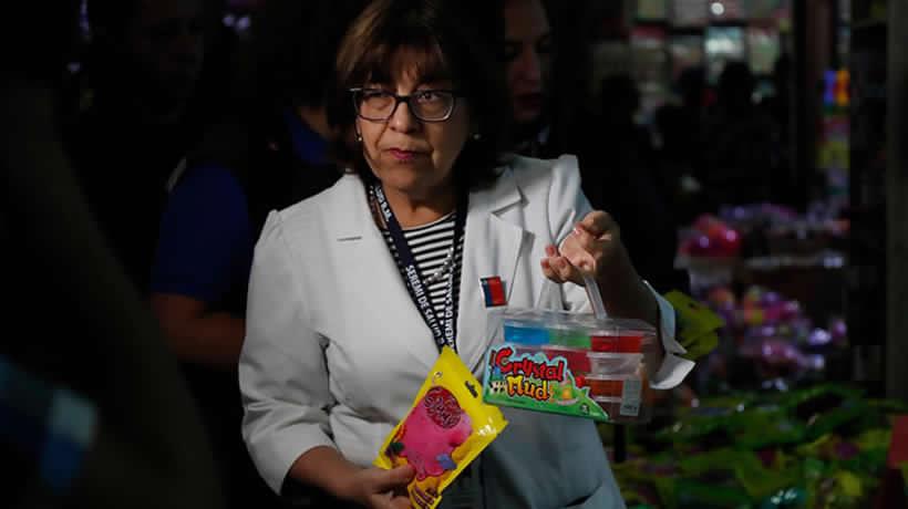 """Seremi de Salud decomisa 26 mil unidades del juguete """"Slime"""" en el barrio Meiggs de Estación Central"""