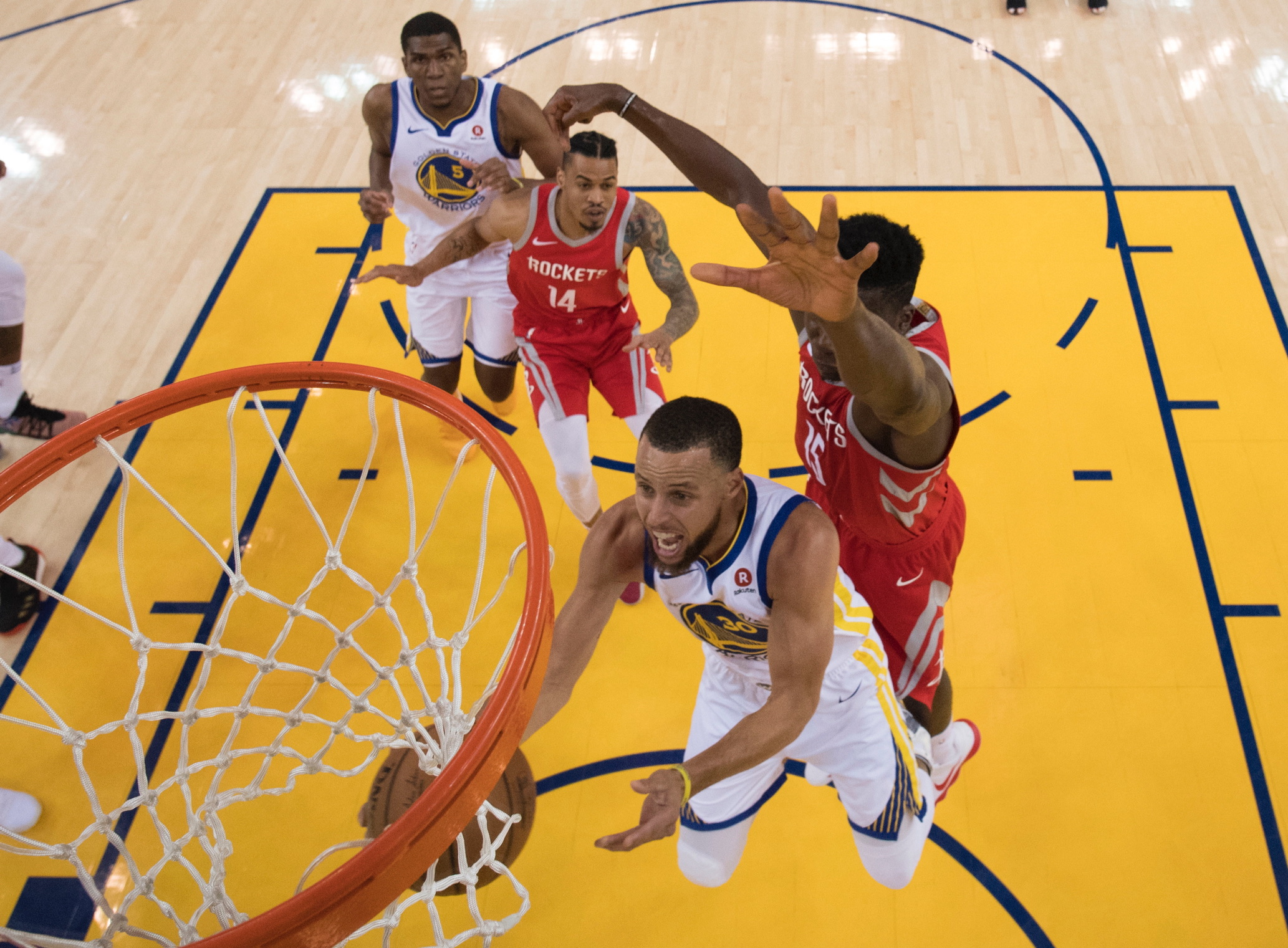 Golden State destrozó a Houston con triples de Stephen Curry