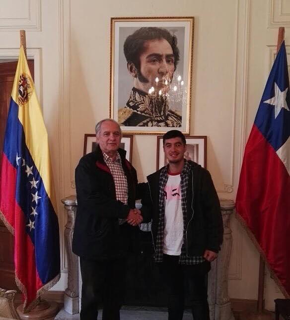 Gobierno venezolano enviará todos los libros incautados a rapero al regresar a Chile