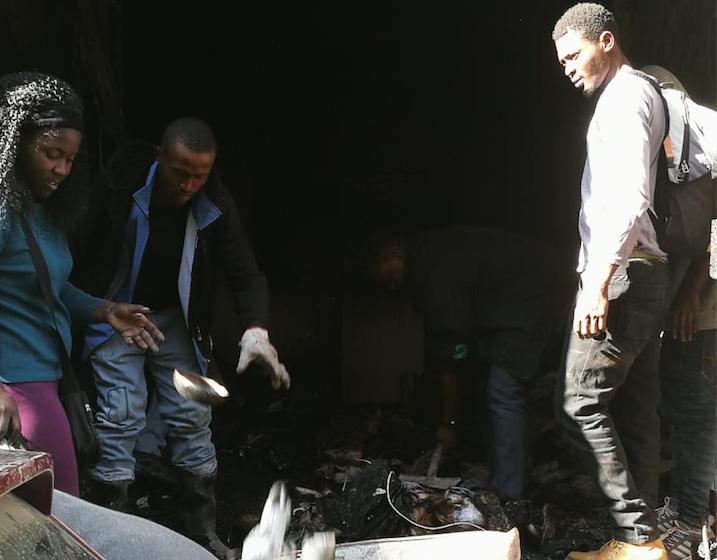 """""""Estamos en una catástrofe"""": Inmigrantes sin hogar tras incendio demandan ayuda"""