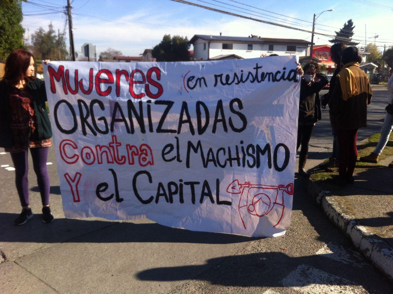 Curanilahue: Pobladoras protestan frente a las oficinas de Forestal Arauco por hostigamiento a dirigentes