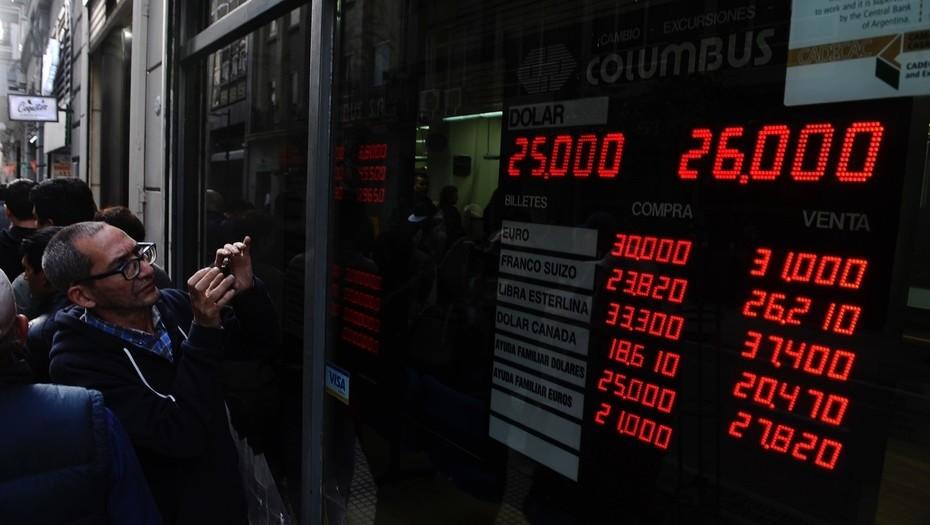 El dólar volvió a subir en Argentina en el arranque de la semana y cerró a $25,25