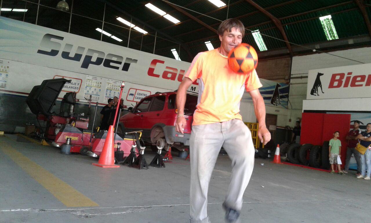 Un vendedor ambulante cultiva en las calles de Venezuela el difícil arte de dominar balón