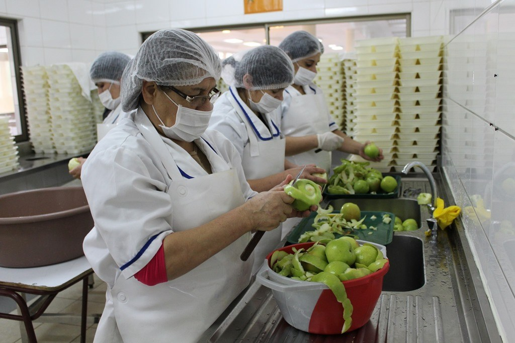 Piden a Junaeb proteger derechos de manipuladoras de alimentos tras resolución del Tribunal de la Libre Competencia que afecta beneficios adquiridos
