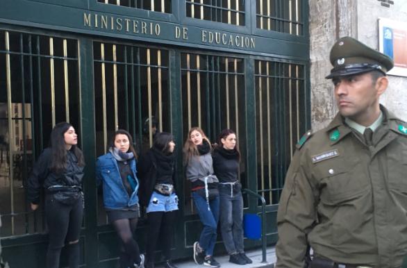 Mujeres se encadenan a Ministerio de Educación: Exigen renuncia de Gerardo Varela