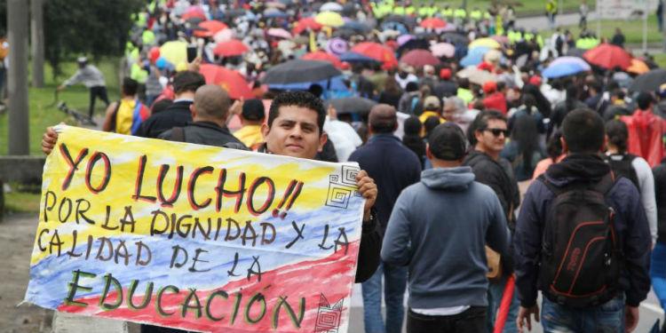 Maestros colombianos se van a paro para exigir mejoras salariales