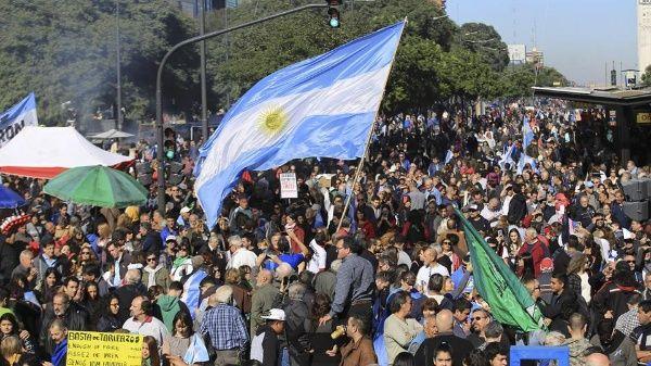 Argentinos marchan contra tarifazo de Mauricio Macri