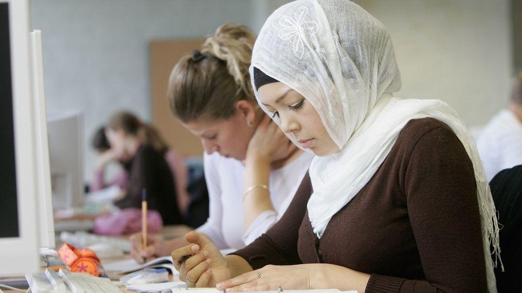 Tribunal de Berlín determina que maestra musulmana no puede usar pañuelo para cubrir la cabeza