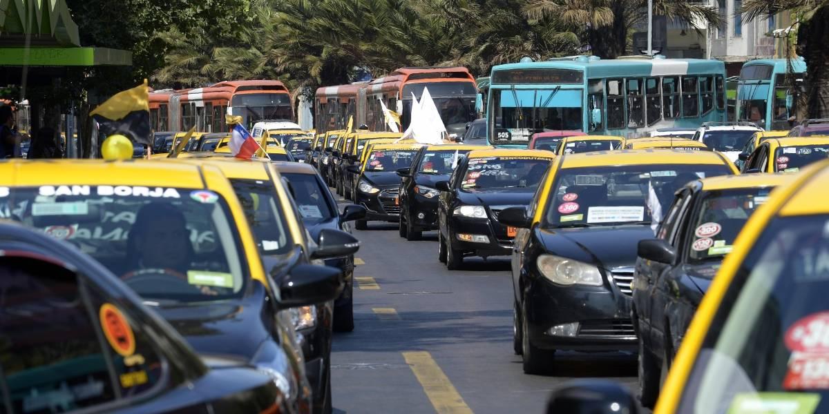 Taxistas insisten al gobierno que tome medidas contra Uber y Cabify