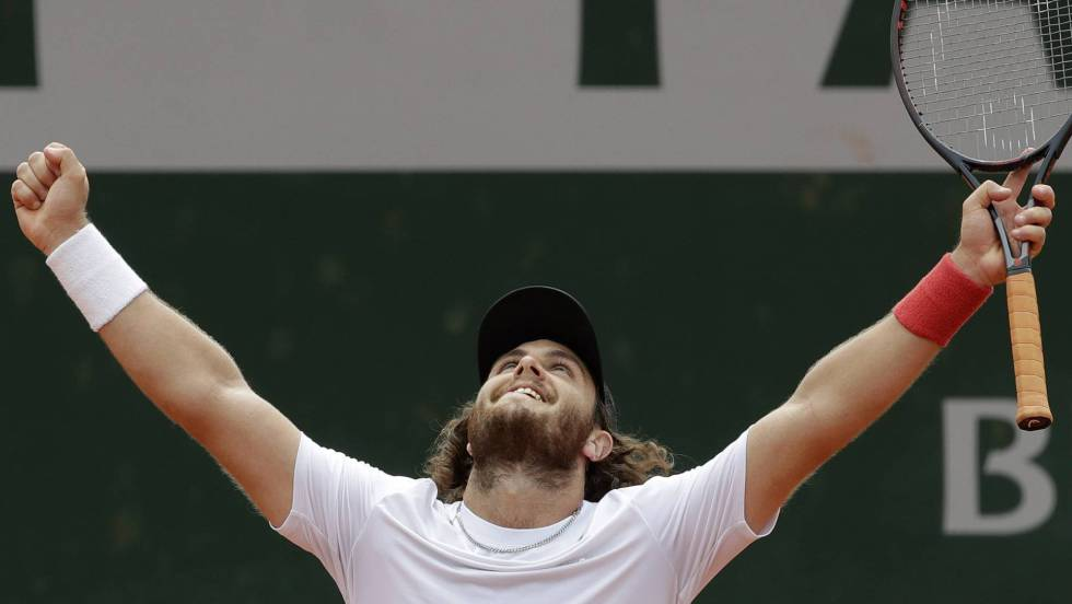 Tenista argentino entró «por la ventana» a Roland Garros, condujo por 1000 kilómetros para llegar a su partido y… ganó