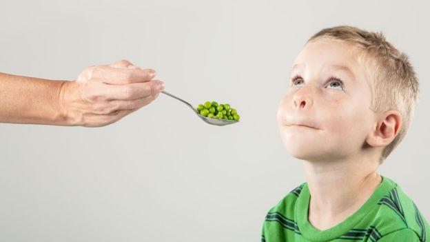 ¿Niños mañosos para comer? Consejos para lograr que coman frutas y vegetales
