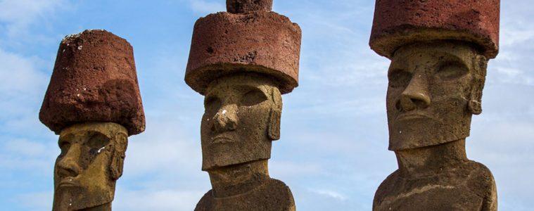 estatuas gigantes con sombreros