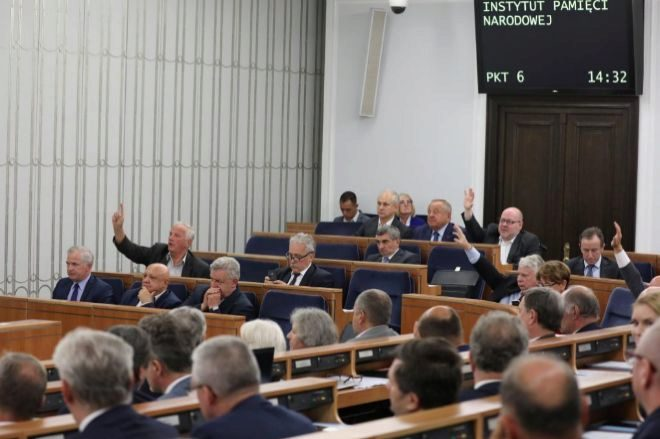 Polonia elimina la pena de cárcel de su controvertida Ley sobre el Holocausto