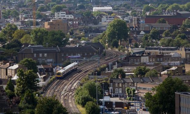 Consiguen muertas a tres personas en tren de Londres
