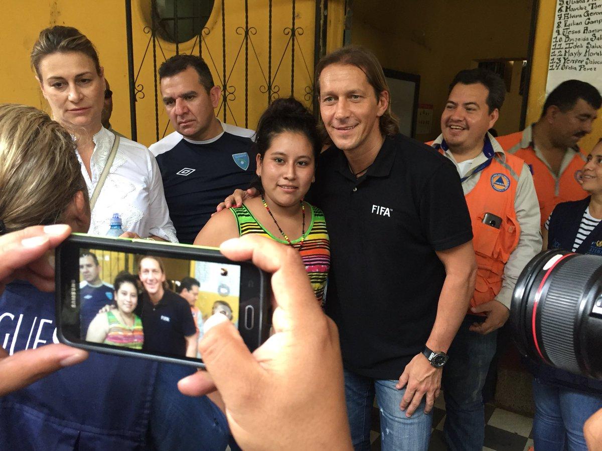 Comitiva FIFA visita a niños afectados por erupción de Volcán en Guatemala