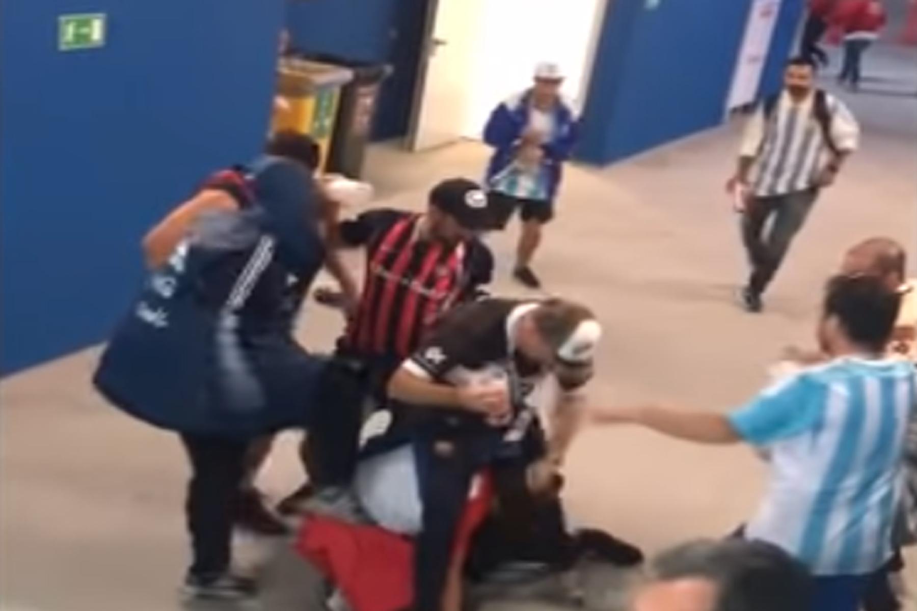 Aficionados argentinos imputados en Rusia por golpear a un hincha croata