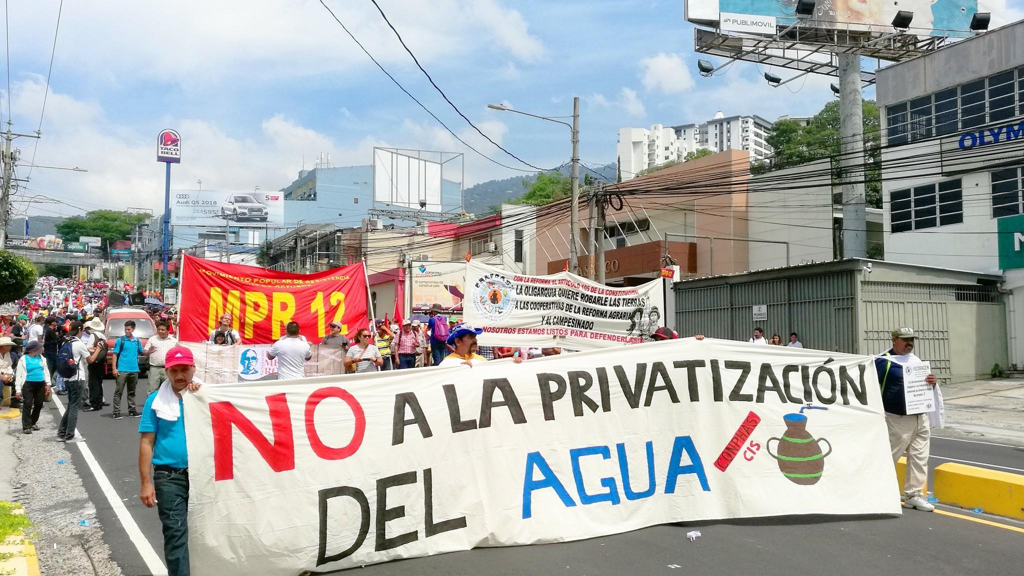 Recolección de firmas para detener privatización del agua en El Salvador