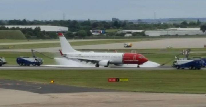 ¡Tremendo susto! Un neumático de un avión explotó con 152 personas a bordo (+video)