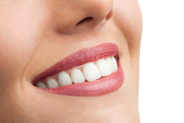 ¡Entérate! Cómo blanquear o aclarar el tono de tus dientes