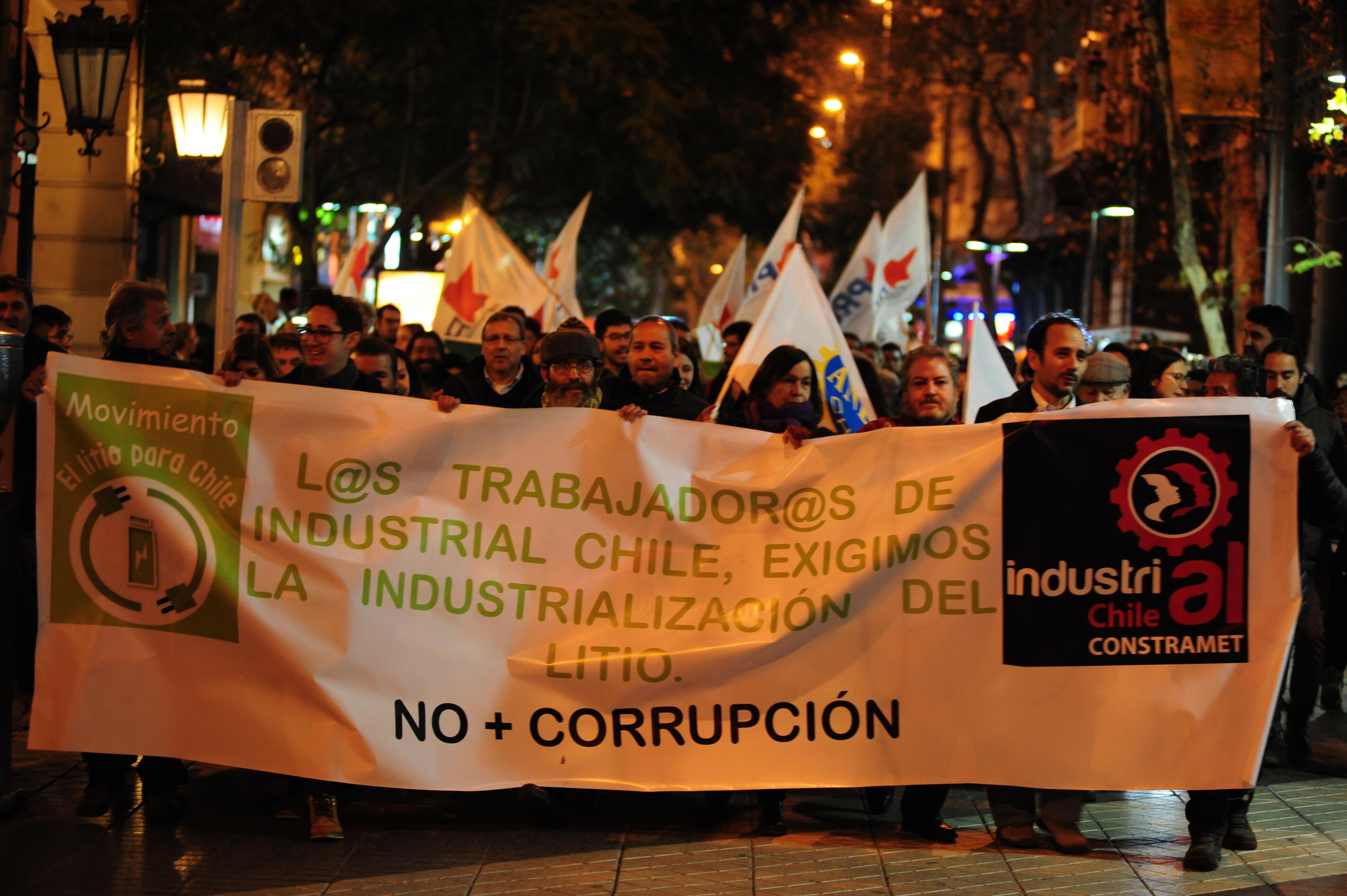 """Marcha contra la corrupción de Soquimich en Santiago: """"Es una burla que Corfo le haya regalado el litio"""""""
