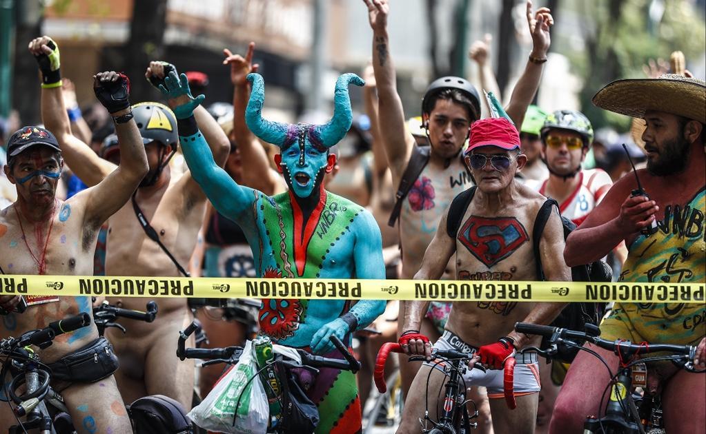 Con caravana nudista pedalistas instan al uso de la bicicleta