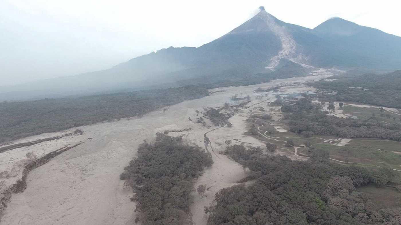 Baja la actividad del volcán de fuego y asciende a 69 la cifra de muertos en Guatemala