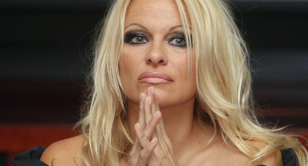 Pamela Anderson se va a casar con un jugador de Francia que disputa el Mundial