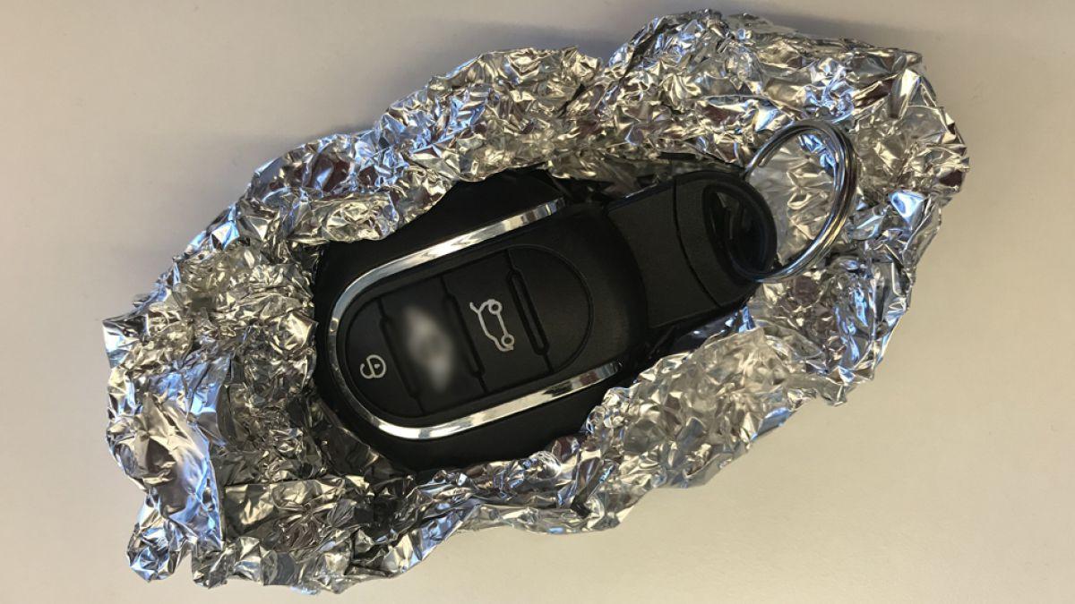 Entérate de por qué es bueno cubrir las llaves del auto con papel aluminio