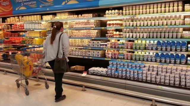 Argentinos hacen malabares y cuentan cuidadosamente el dinero para llegar al final del mes