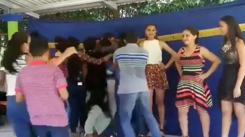 (+Vídeo) Se cayeron del escenario cuando celebraban triunfo de certamen de belleza
