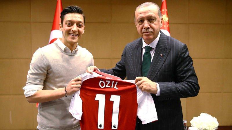 Mesut Özil recibe duras críticas por despedirse de la selección alemana