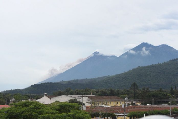 Guatemala en alerta por actividad de tres volcanes